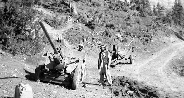 Моджахеды с двумя противотанковыми пушками ЗИС-2 в августе 1984 года. Фото: Erwin Lux