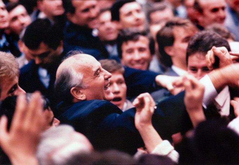 Михаил Горбачев с народом