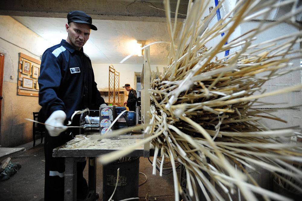 Заключенные изготавливают плетеную мебель в исправительной колонии № 10