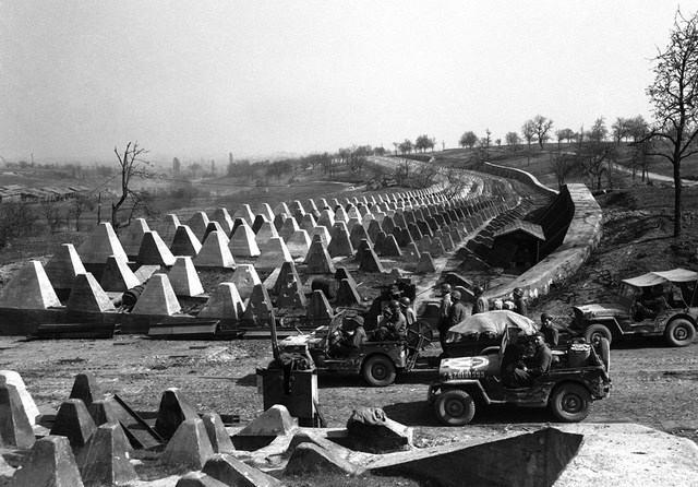 Американские военнослужащие на подходе к линии Зигфрида
