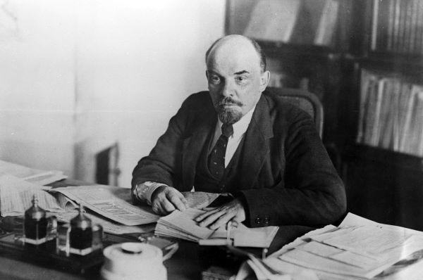 Ленин в рабочем кабинете в Кремле. Как думаете, на фотографии двойник или оригинал?