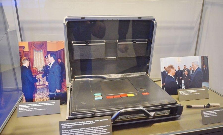 Тот самый ядерный чемоданчик, ныне представленный в Ельцин-центре (г. Екатеринбург)