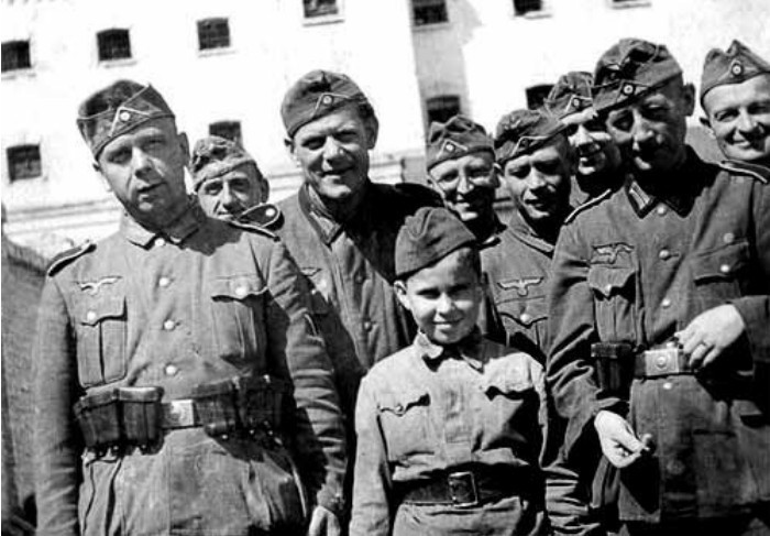 В диверсанты привлекали даже детей. Они входили в особую команду Абвера под названием Гемфурт (Сволочи)