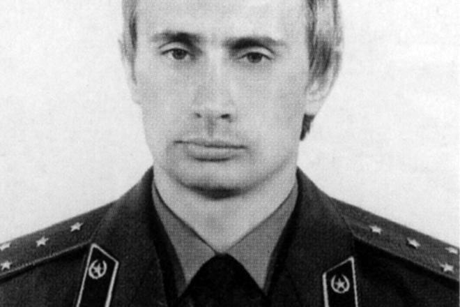 Владимир Путин в форме капитана КГБ