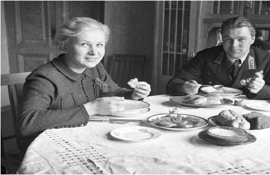 Валентина и Анатолий в своей квартире
