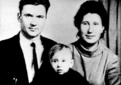 Юрий Чикатило с родителями