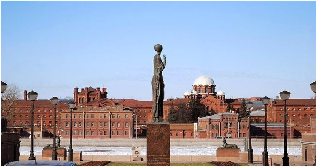 Памятник Ахматовой напротив «Крестов»