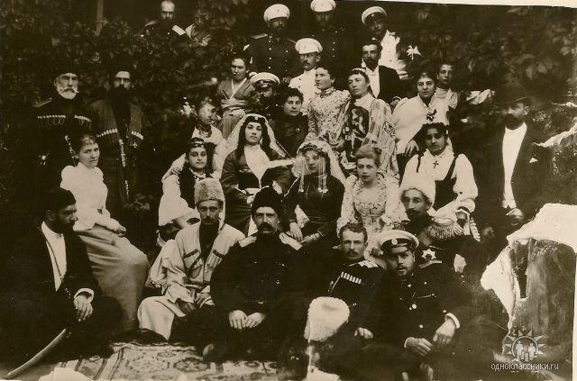 Георгий Александрович сидит третий слева, за ним – княжна Лиза Нижарадзе