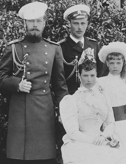 Николай и Георгий с матерью и сестрой