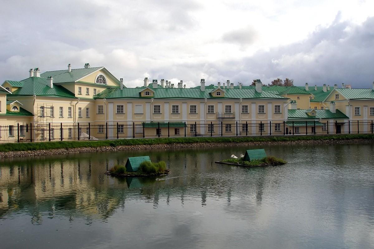 Современный вид гостиницы со стороны Белого пруда