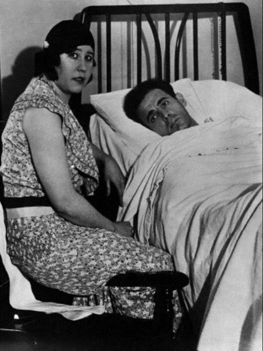 Алиса у постели мужа