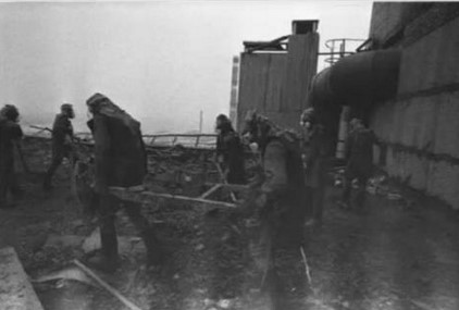 Ликвидаторы работают на месте аварии ЧАЭС