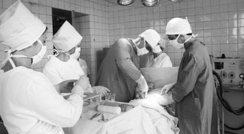 Доктор Роберт Гейл оперирует пострадавшего