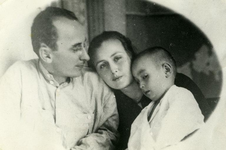 Молодой Берия с женой и сыном
