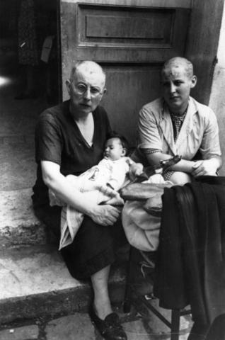 Французские «коллаборационистки», обритые наголо, с ребенком