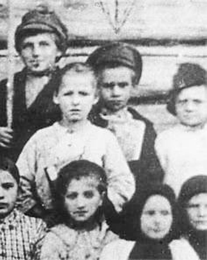Единственная сохранившаяся фотография Павлика Морозова (в центре с книгой)