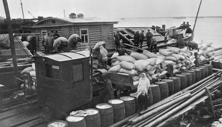 Доставка продовольствия на барже, 1942 год