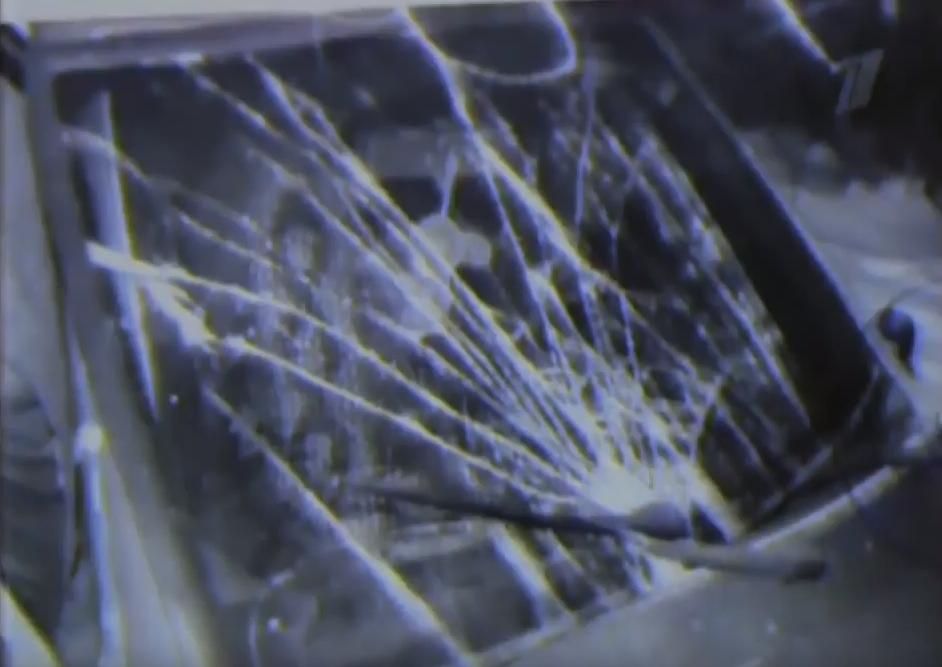 Разбитое лобовое стекло машины преступника