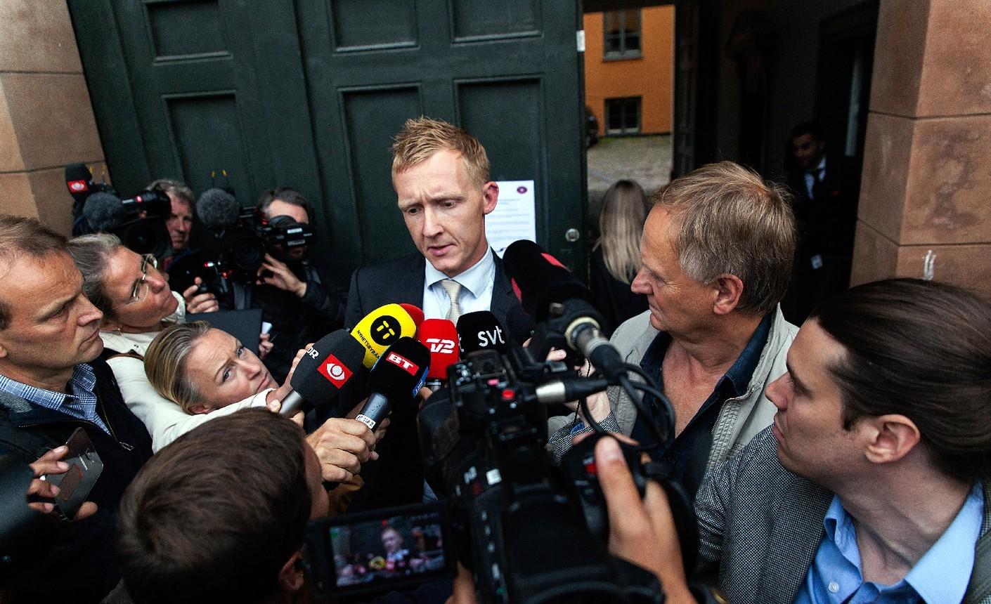Прокурор Якоб Бу-Джепсен у здания суда